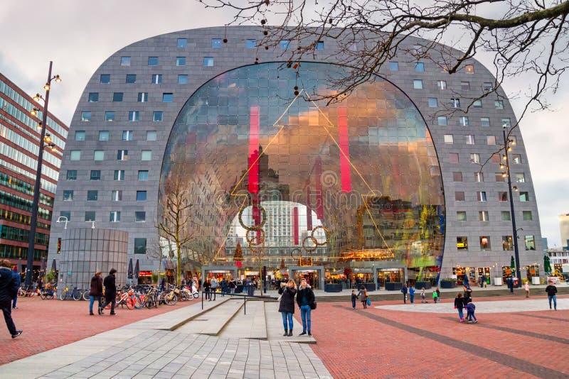 Εικονική παράσταση πόλης Χριστουγέννων στο ηλιοβασίλεμα - άποψη της αίθουσας Markthal την παραμονή των διακοπών, Ρότερνταμ αγοράς στοκ εικόνα με δικαίωμα ελεύθερης χρήσης