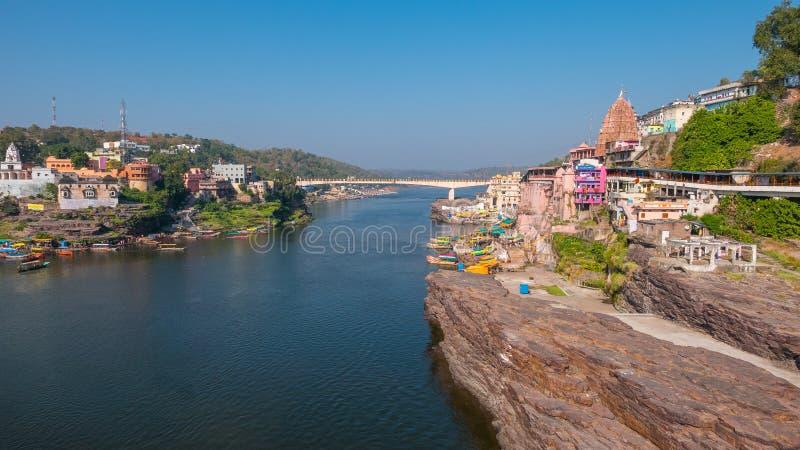 Εικονική παράσταση πόλης Omkareshwar, Ινδία, ιερός ινδός ναός Ιερός ποταμός Narmada, να επιπλεύσει βαρκών Προορισμός ταξιδιού για στοκ εικόνες