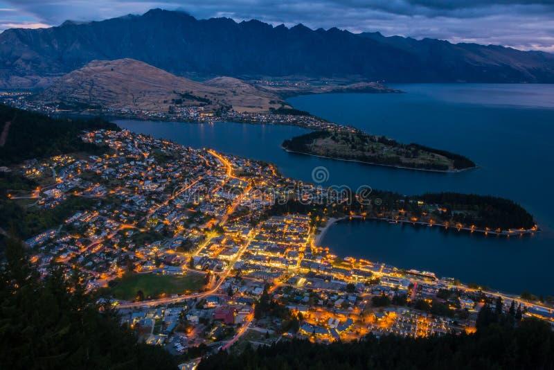 Εικονική παράσταση πόλης Queenstown και της λίμνης Wakaitipu με το Remarkables στο υπόβαθρο, νέο Zealan στοκ φωτογραφίες