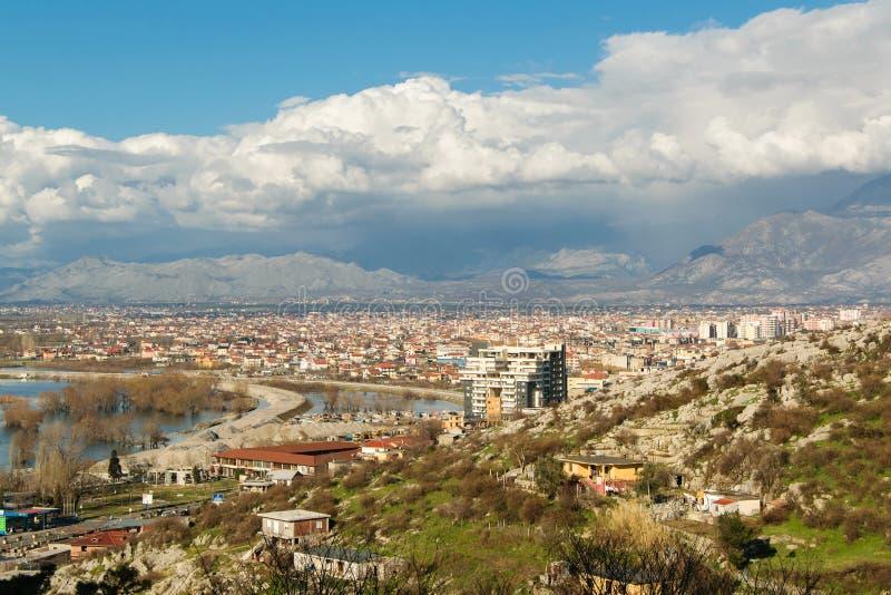 Εικονική παράσταση πόλης Shkodra, μια αλβανική πόλη που βρίσκεται μεταξύ των βουνών και της λίμνης Shkodra στοκ φωτογραφία με δικαίωμα ελεύθερης χρήσης