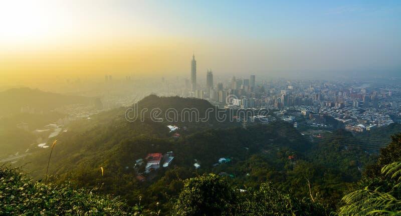 Εικονική παράσταση πόλης ηλιοβασιλέματος της Ταϊπέι, Ταϊβάν όπως βλέπει από ένα mountaintop που αγνοεί τη μητροπολιτική πόλη στοκ φωτογραφίες