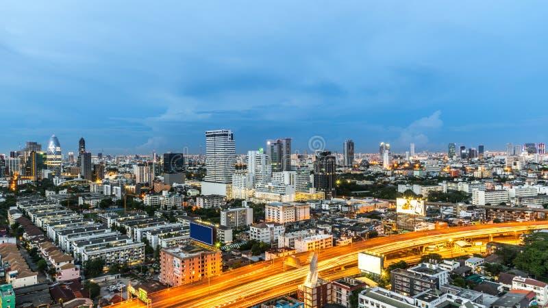 Εικονική παράσταση πόλης και φως του δρόμου νύχτας στη μακροχρόνια έκθεση στοκ φωτογραφία