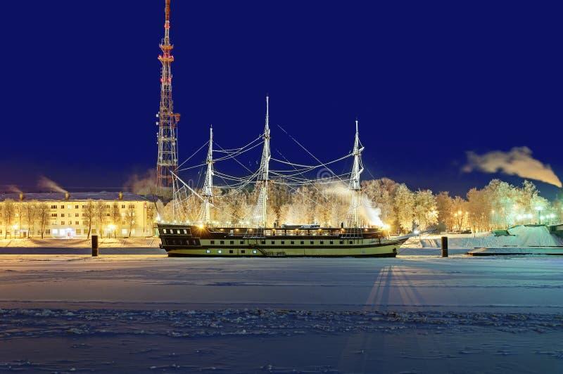Εικονική παράσταση πόλης νύχτας με τη ναυαρχίδα φρεγάτων στοκ φωτογραφία με δικαίωμα ελεύθερης χρήσης