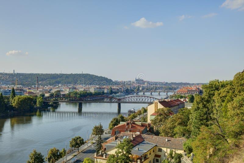Εικονική παράσταση πόλης της Πράγας στον αργά το απόγευμα ήλιο με τον ποταμό Vltava που διατρέχει της καρδιάς της πόλης, Τσεχία στοκ εικόνες