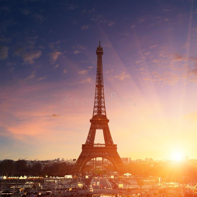 Εικονική παράσταση πόλης του Παρισιού στο ηλιοβασίλεμα - πύργος του Άιφελ στοκ εικόνες