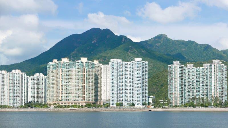 Εικονική παράσταση πόλης, cloudscape και μπλε ουρανός κατοικημένων κτηρίων στοκ εικόνα
