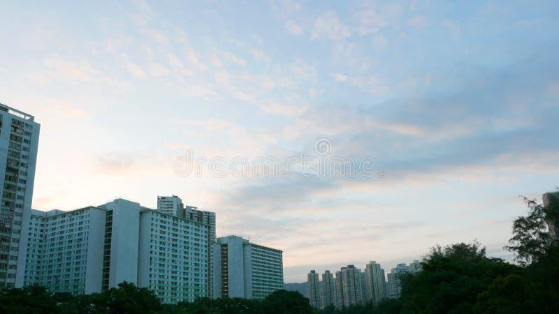 Εικονική παράσταση πόλης, cloudscape και ουρανός κατοικημένων κτηρίων στοκ φωτογραφία με δικαίωμα ελεύθερης χρήσης