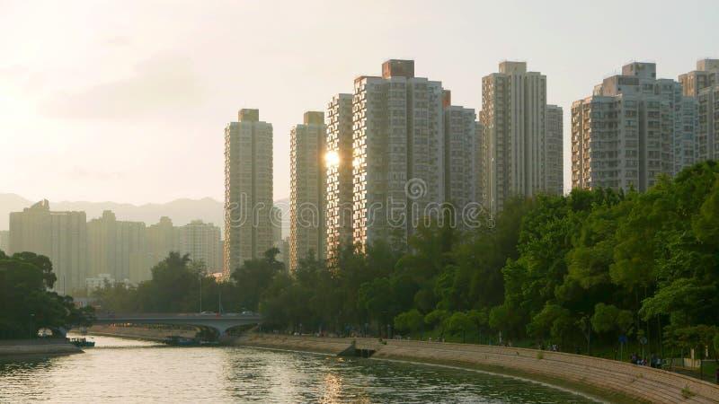 Εικονική παράσταση πόλης, cloudscape και ποταμός κατοικημένων κτηρίων στοκ φωτογραφίες με δικαίωμα ελεύθερης χρήσης