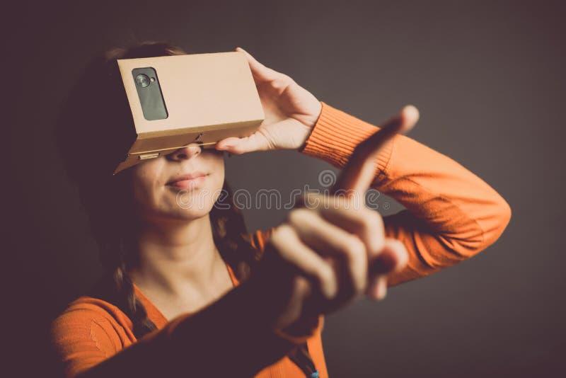 Εικονική πραγματικότητα χαρτονιού στοκ εικόνες