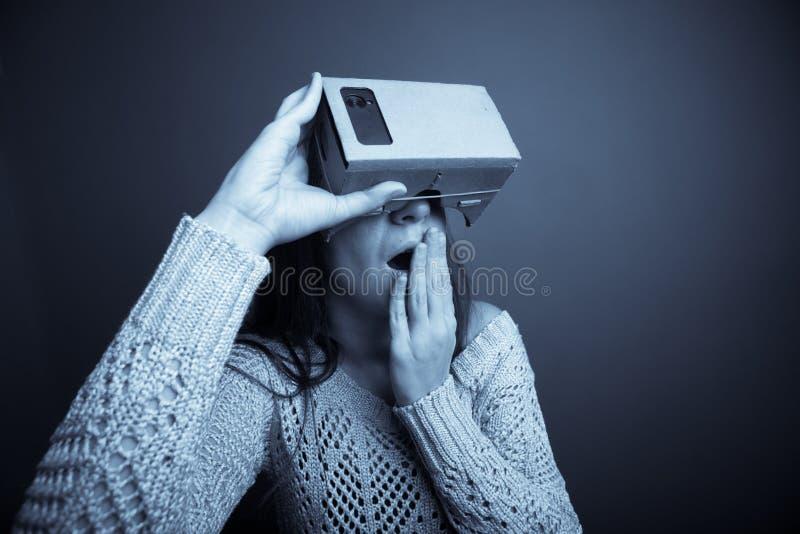 Εικονική πραγματικότητα χαρτονιού στοκ φωτογραφίες