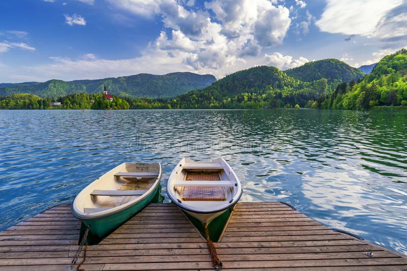 Εικονικό αιμορραγημένο τοπίο Βάρκες στη λίμνη που αιμορραγείται, Σλοβενία, Ευρώπη Woode στοκ εικόνες