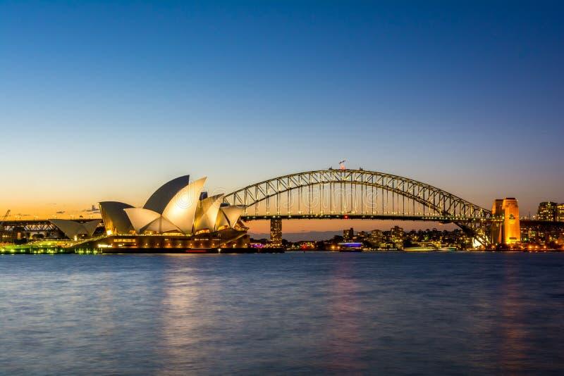 Εικονικό ηλιοβασίλεμα Οπερών και γεφυρών οριζόντων του Σίδνεϊ, Αυστραλία στοκ φωτογραφία