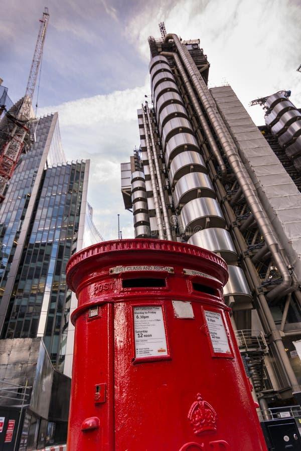 Εικονικό κόκκινο βρετανικό μετα κιβώτιο στοκ εικόνες