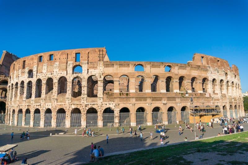 Εικονικό ορόσημο του θεάτρου της Ρώμης Coliseum και του περπατήματος τουριστών στοκ εικόνα
