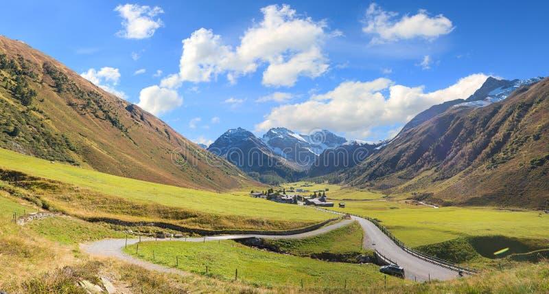 Εικονογραφικά έδαφος και sertig χωριό κοιλάδων το φθινόπωρο όρη Ελβετός στοκ εικόνα