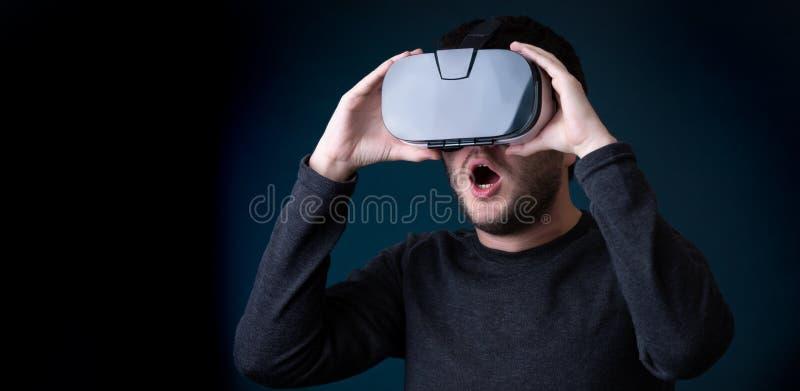Εικόνα έκπληκτος brunet στα γυαλιά εικονικής πραγματικότητας στοκ εικόνες