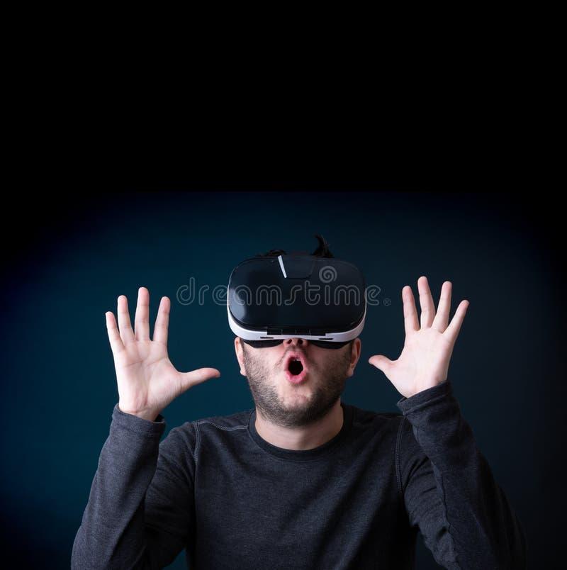 Εικόνα έκπληκτος brunet στα γυαλιά εικονικής πραγματικότητας στοκ φωτογραφία