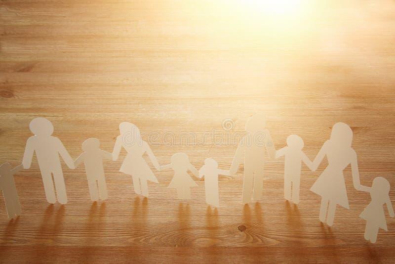 εικόνα έννοιας των χεριών εκμετάλλευσης διακοπής αλυσίδων οικογενειακού εγγράφου, πέρα από τον ξύλινο πίνακα στοκ εικόνες με δικαίωμα ελεύθερης χρήσης