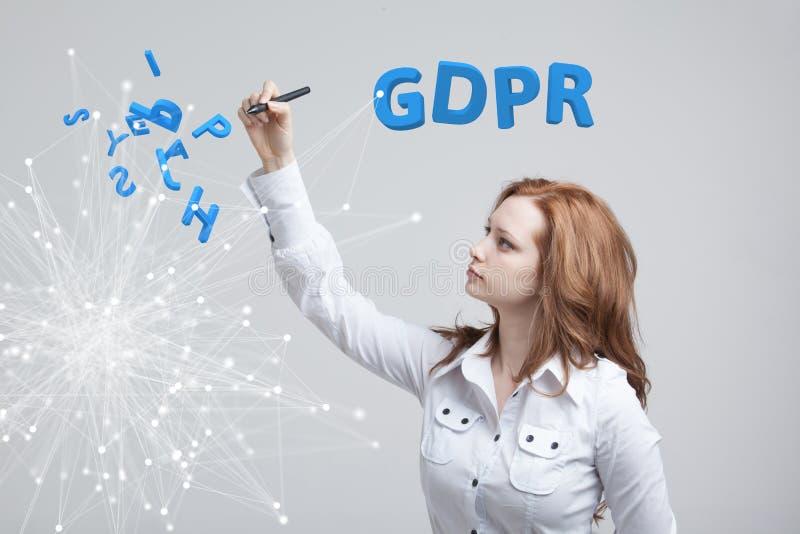 Εικόνα έννοιας GDPR Γενικός κανονισμός προστασίας δεδομένων, η προστασία των προσωπικών στοιχείων Νέα γυναίκα που εργάζεται με στοκ εικόνες