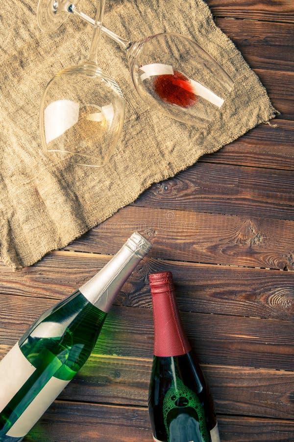 Εικόνα δύο μπουκαλιών κρασιού και γυαλιών κρασιού στην πετσέτα στοκ φωτογραφία με δικαίωμα ελεύθερης χρήσης