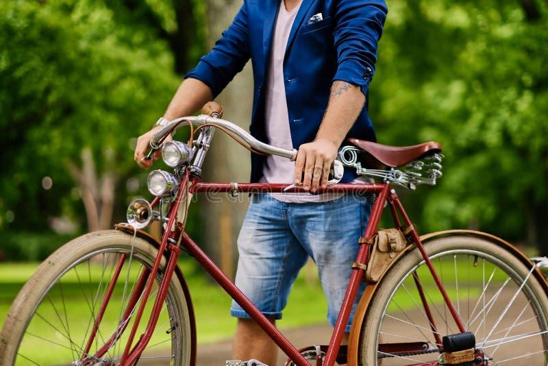Εικόνα ενός ατόμου σε ένα αναδρομικό ποδήλατο στοκ εικόνα