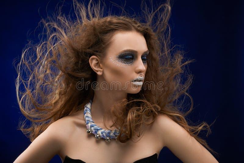 Εικόνα ενός κοριτσιού με την καλλιτεχνική σύνθεση στοκ εικόνα