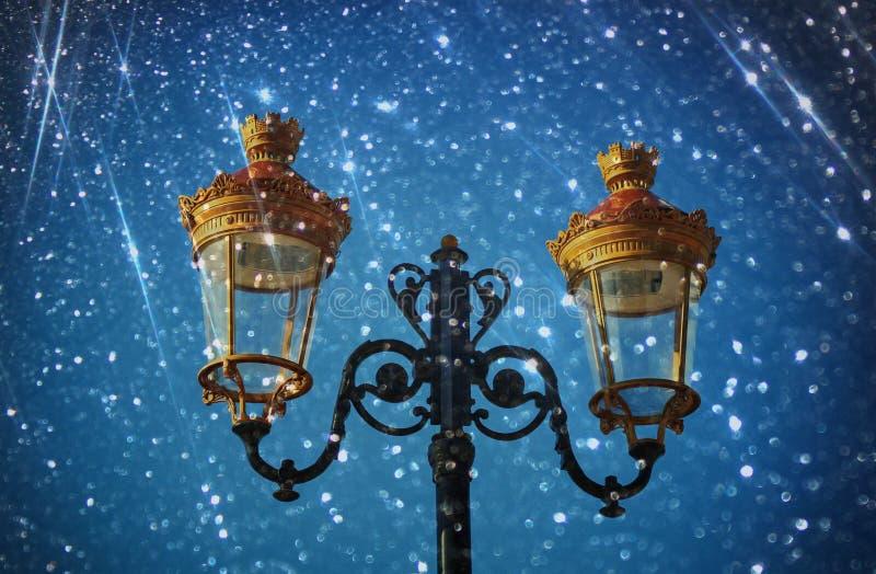 Εικόνα ενός παλαιού λαμπτήρα οδών ενάντια στο νυχτερινό ουρανό φιλτραρισμένα τρύγος εικόνα και bokeh φως στοκ εικόνες
