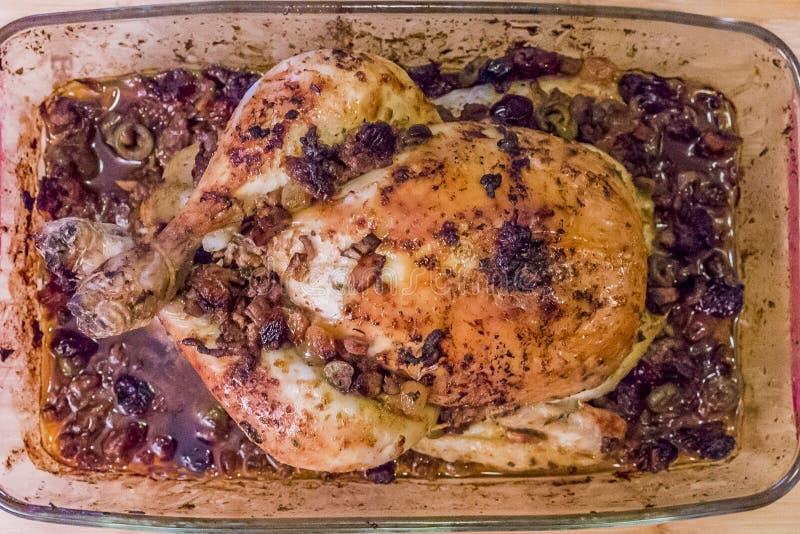 Εικόνα ενός πιάτου γυαλιού ολόκληρο ένα κοτόπουλο που ψήνεται με και που γεμίζεται με το επίγειο βόειο κρέας με τις ελιές, τις στ στοκ φωτογραφία με δικαίωμα ελεύθερης χρήσης