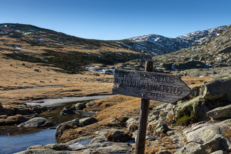 Εικόνα και ένδειξη χειμερινών τοπίων για τη λίμνη παγετώνων κατά τη διάρκεια μιας ηλιόλουστης ημέρας σε Gredos, Ισπανία στοκ εικόνες