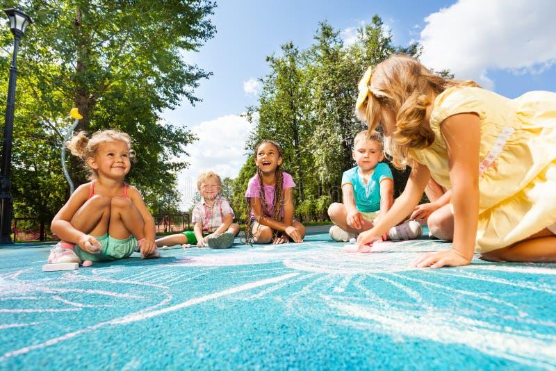 Εικόνα κιμωλίας σχεδίων στην παιδική χαρά στοκ εικόνα