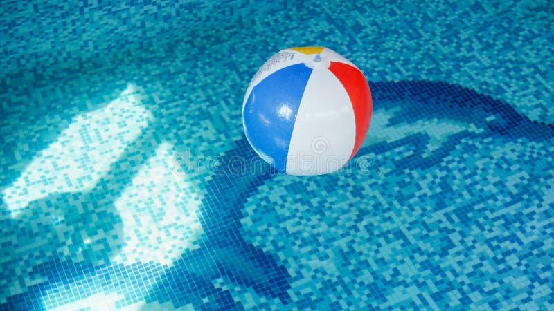 Εικόνα κινηματογραφήσεων σε πρώτο πλάνο της διογκώσιμης σφαίρας παραλιών στην πισίνα Τέλεια εικόνα για να επεξηγήσει τις διακοπές στοκ εικόνες