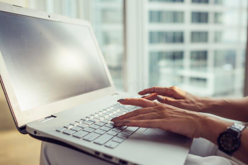 Εικόνα κινηματογραφήσεων σε πρώτο πλάνο του θηλυκού διευθυντή που εργάζεται στο lap-top στο σύγχρονο γραφείο στοκ φωτογραφίες με δικαίωμα ελεύθερης χρήσης