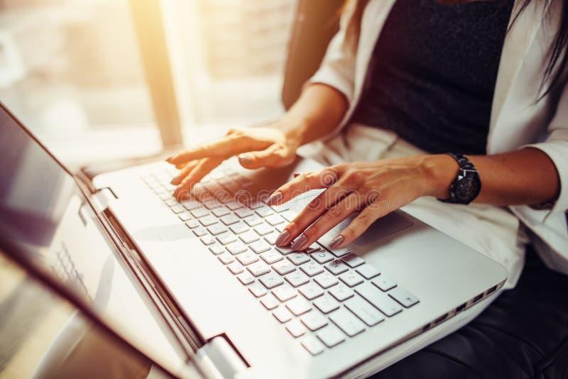 Εικόνα κινηματογραφήσεων σε πρώτο πλάνο των θηλυκών χεριών στο πληκτρολόγιο εργασία γυναικών lap-top στοκ εικόνα