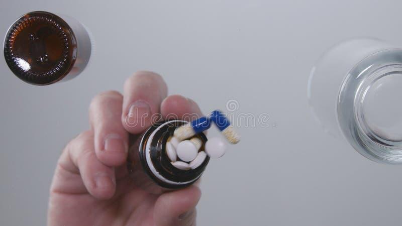 Εικόνα με τα χέρια ατόμων που βάζουν μερικά χάπια ιατρικής από τον παραλήπτη στον πίνακα στοκ φωτογραφία με δικαίωμα ελεύθερης χρήσης