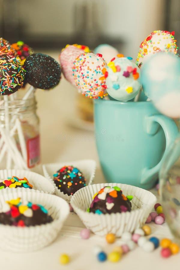 Εικόνα με το θερμό φίλτρο των καραμελών και του λαϊκού κέικ στη βιομηχανία ζαχαρωδών προϊόντων στοκ φωτογραφίες
