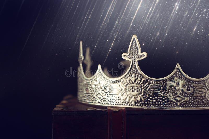 εικόνα με χαμηλό κλειδί όμορφη βασίλισσα/κορυφή βασιλιά πάνω από ξύλινο τραπέζι φιλτραρισμένο vintage φανταστική μεσαιωνική περίο στοκ φωτογραφία με δικαίωμα ελεύθερης χρήσης