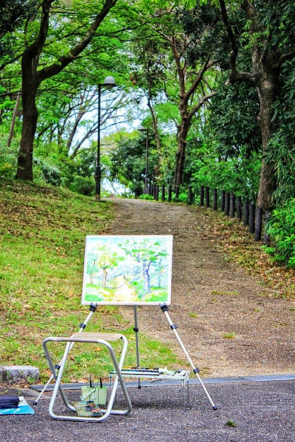 Εικόνα μιας εργασίας τέχνης ζωγραφικής από έναν καλλιτέχνη, που σύρει το πάρκο, Tsurumi Ryokuchi, στην Οζάκα Ιαπωνία στοκ φωτογραφίες
