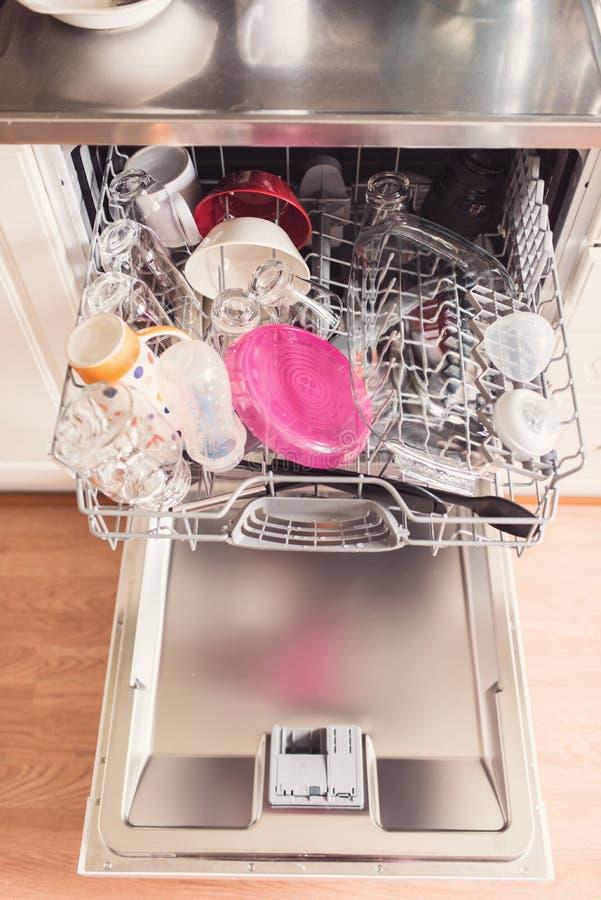 Εικόνα μιας πλήρους μηχανής πλυσίματος των πιάτων με τη ανοιχτή πόρτα στοκ εικόνες