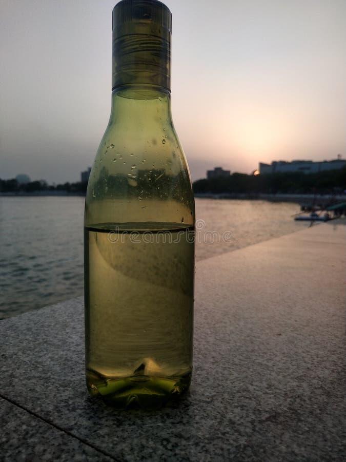 Εικόνα μπουκαλιών το βράδυ στη λίμνη στοκ φωτογραφία