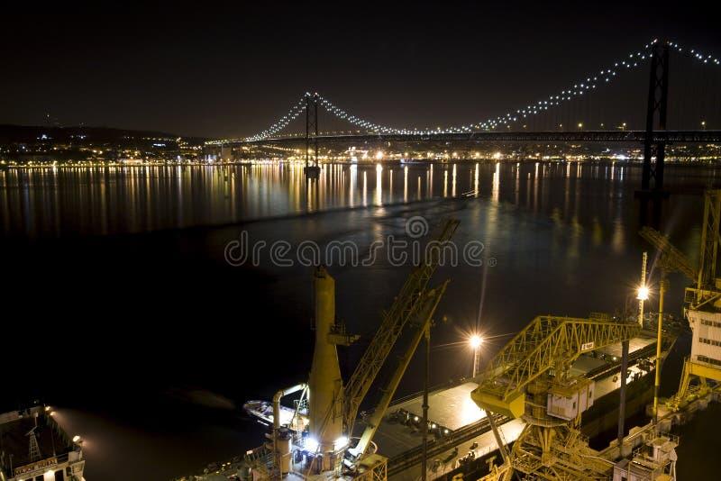 Εικόνα νύχτας μιας γέφυρας με τα φω'τα στοκ φωτογραφία