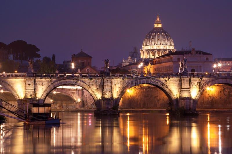 Εικόνα νύχτας της βασιλικής του ST Peter, Ponte Sant Angelo και του ποταμού Tiber στη Ρώμη στοκ φωτογραφίες
