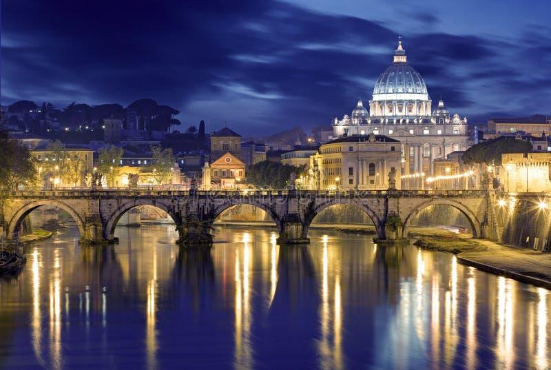 Εικόνα νύχτας της βασιλικής του ST Peter, Ponte Sant Angelo και Tiber στοκ εικόνες