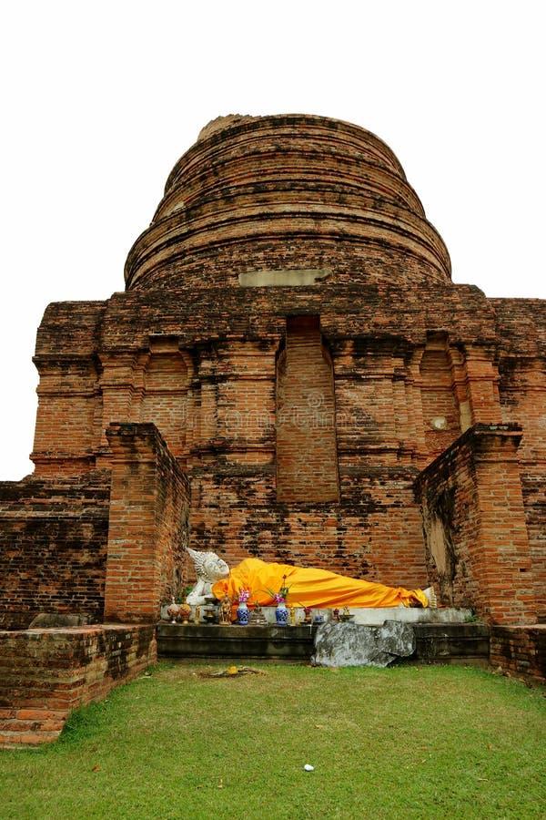 Εικόνα ξαπλώματος Βούδας στις καταστροφές Stupa του ναού Wat Yai Chai Mongkhon, αρχαιολογική περιοχή σε Ayutthaya στοκ εικόνες με δικαίωμα ελεύθερης χρήσης