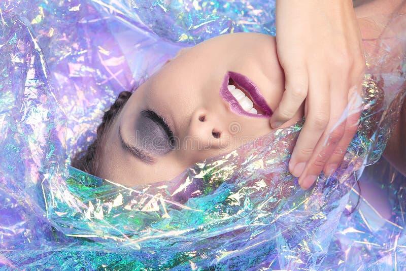 Εικόνα ομορφιάς μιας γυναίκας που τυλίγεται στο σελοφάν στοκ εικόνες