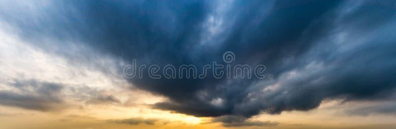 Εικόνα πανοράματος του σύννεφου strom στον ουρανό στο πρωί στοκ εικόνες