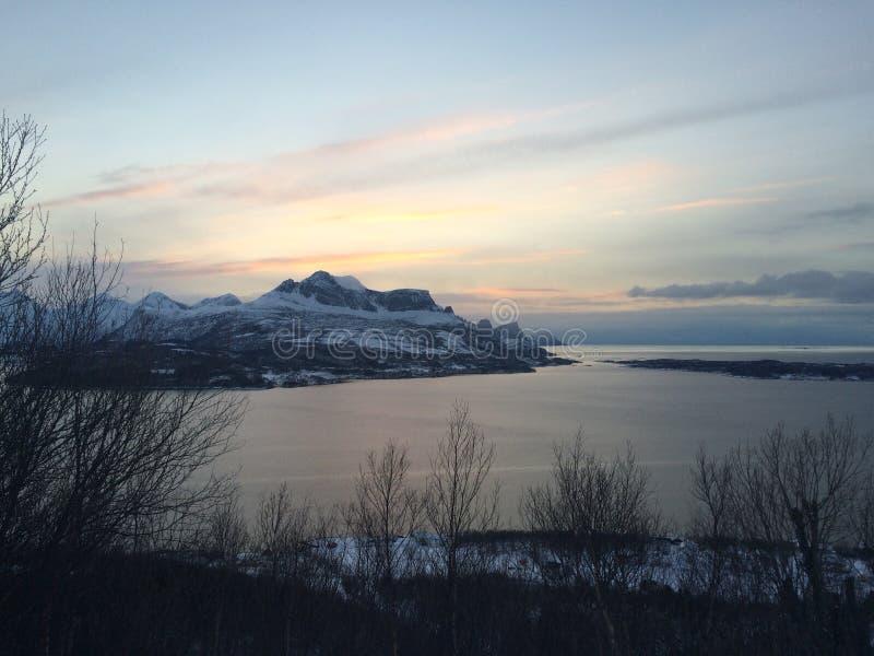 Εικόνα που λαμβάνεται από τα βουνά σε Inndyr, Gildeskaal στο βόρειο τμήμα της Νορβηγίας στοκ εικόνες με δικαίωμα ελεύθερης χρήσης