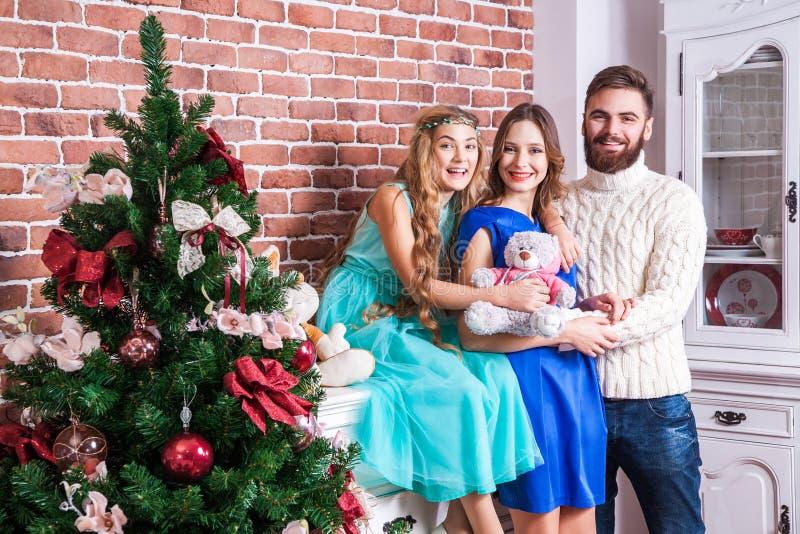 Εικόνα που παρουσιάζει στην ευτυχία νέα οικογένεια, Χριστούγεννα εορτασμού στο σπίτι στοκ φωτογραφία με δικαίωμα ελεύθερης χρήσης