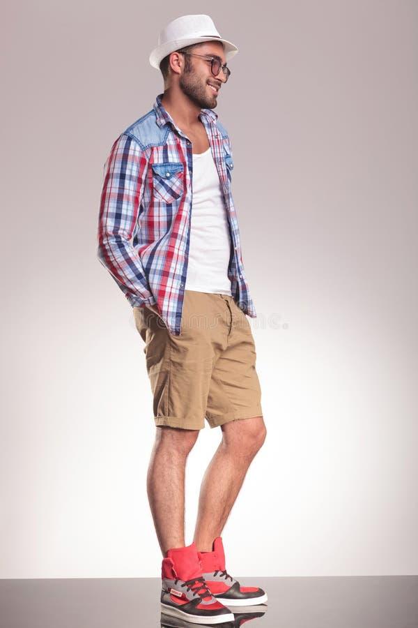Εικόνα πλάγιας όψης ενός περιστασιακού νεαρού άνδρα στοκ εικόνα