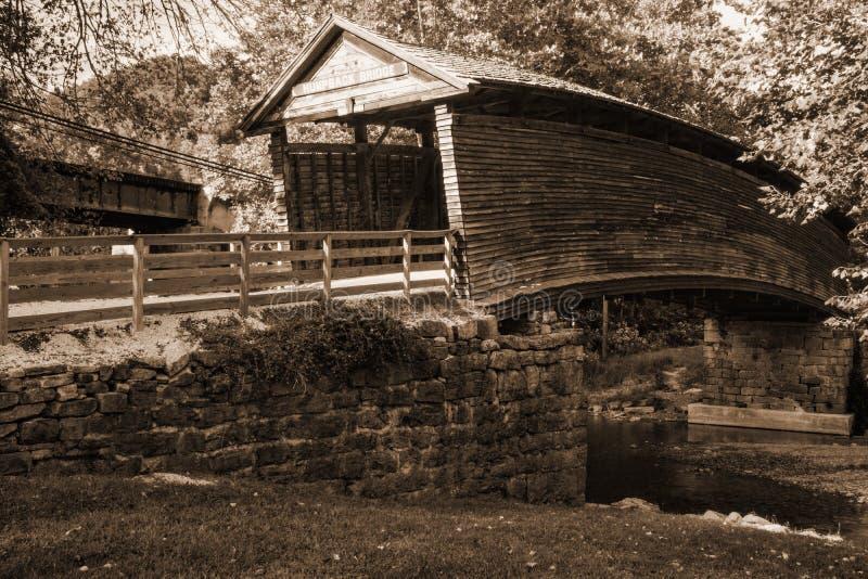 Εικόνα σεπιών της ιστορικής καλυμμένης Humpback γέφυρας στοκ εικόνα με δικαίωμα ελεύθερης χρήσης
