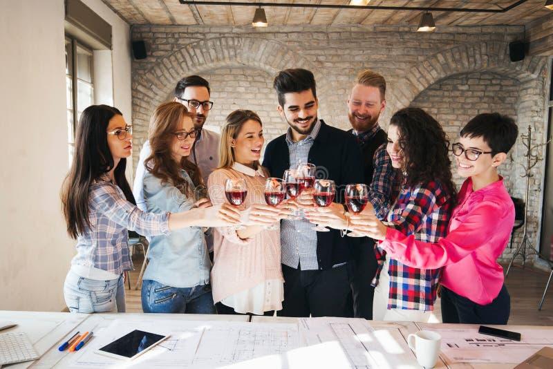 Εικόνα της επιτυχούς επιχειρησιακής ομάδας που έχει τον εορτασμό στοκ φωτογραφίες